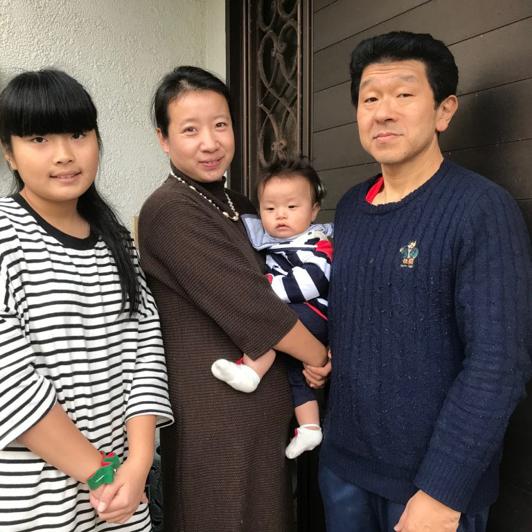 家族写真玄関前1